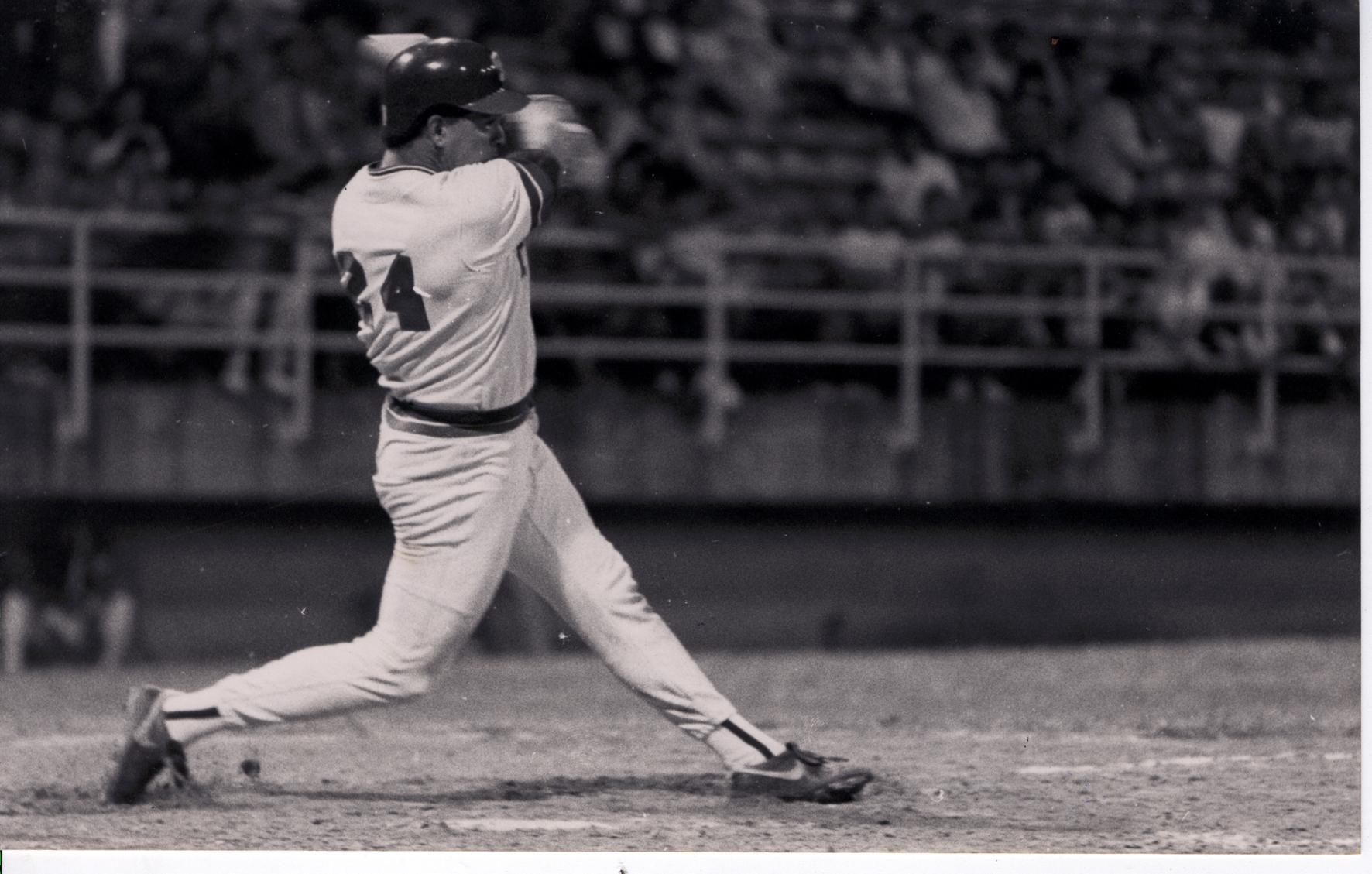 En 1990 Raúl Pérez Tovar, de La Guaira, dispara dos jonrones en el sexto inning contra Aragua, en Maracay, y empata una marca en la LVBP.