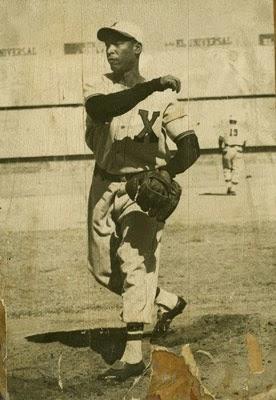 """En 1934 Miguel """"Gago"""" Ibarra lanza el primer no hitter de un venezolano, poncha a 9 y el Royal Criollos vence al América y a Martín Dihigo 1 a 0."""