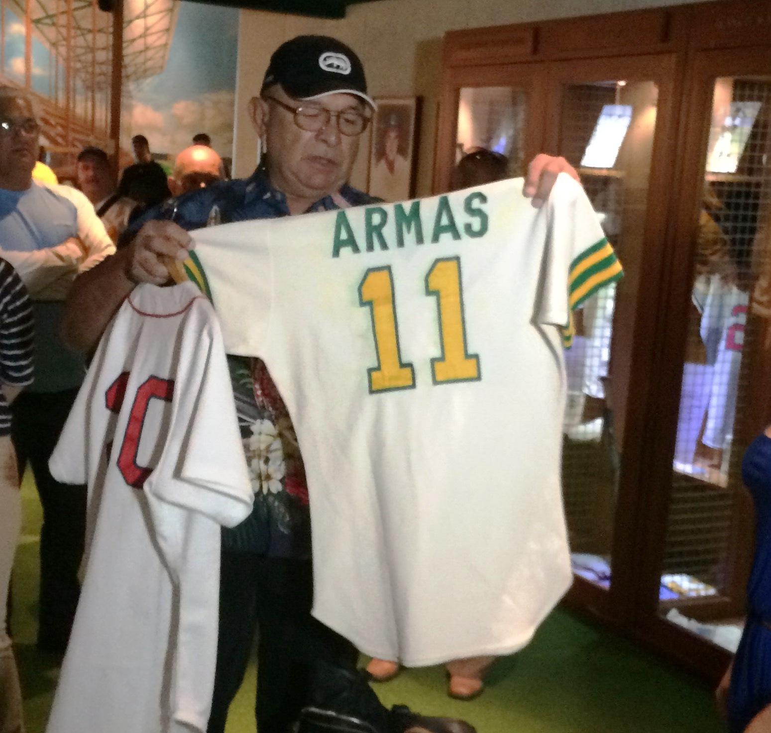 En 1982: Antonio Armas, right fielder de los Atléticos, establece récord de liga grande al realizar 11 outs y 12 lances en Toronto.